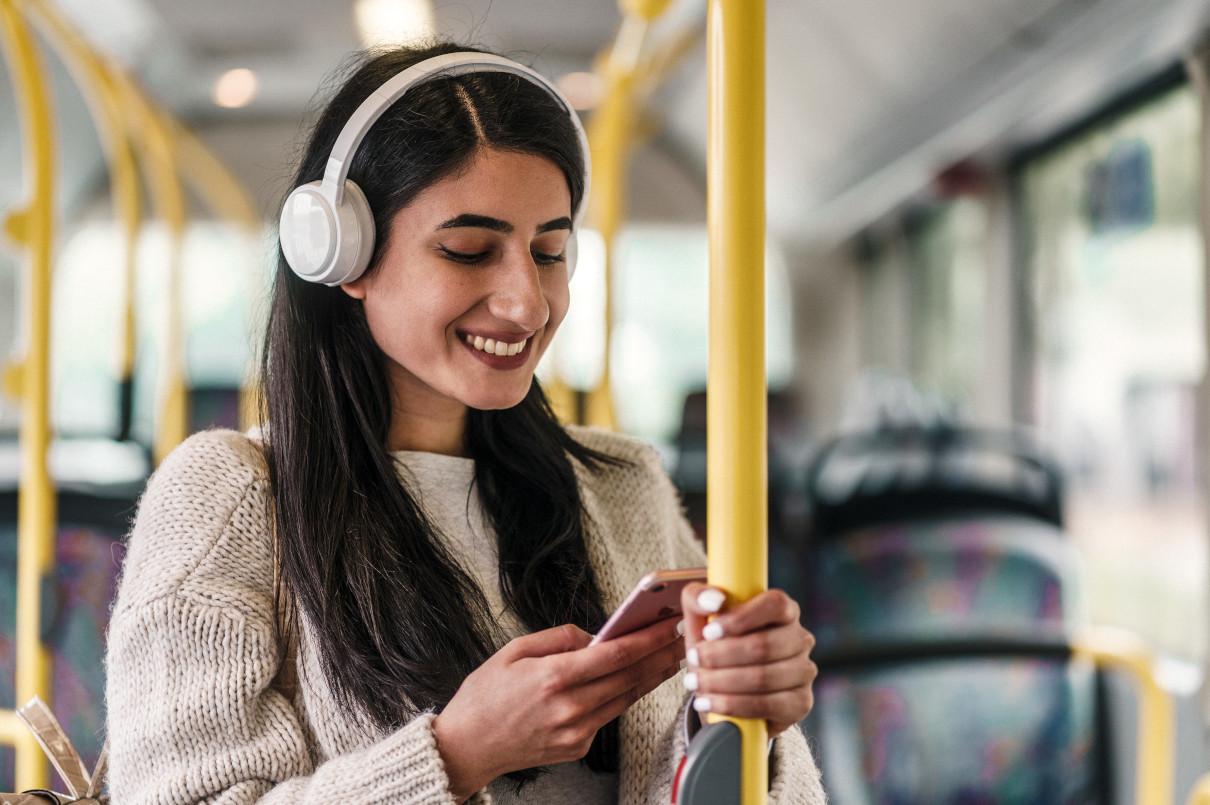 Studentin die sich gerade in einem Bus befindet und sich zum Onlinemarketing Studium weiterbildet, welches von der Ostfalia Hochschule des Standortes Salzgitter angeboten wird.